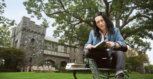 No Castelo de CARAS, a 40 minutos de New York, o diretor de teatro lê obra do escritor François Rabelais.